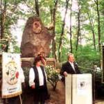 31.8.2002: Wilfried Detering bei seiner Gedenkrede am Robert-Oettel-Denkmal; links: Werner Zwicker, Vorsitzender des Hühnerologischen Vereins Görlitz