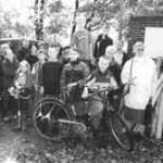 14.10.2000: Die Jugendgruppe Quelle-Brock enrümpelt einen Wald.