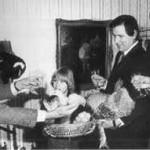 1980: OB Klaus Schwickert tauft die Bielefelder Kennhühner. Dabei: Jungzüchter Thorsten Detering