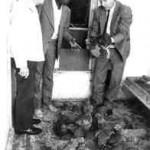 Das erste Geflügel wird für die Reise nach Tansania ausgesucht. Bischof Waltenberg, Josef Mkama, Wilfried Detering